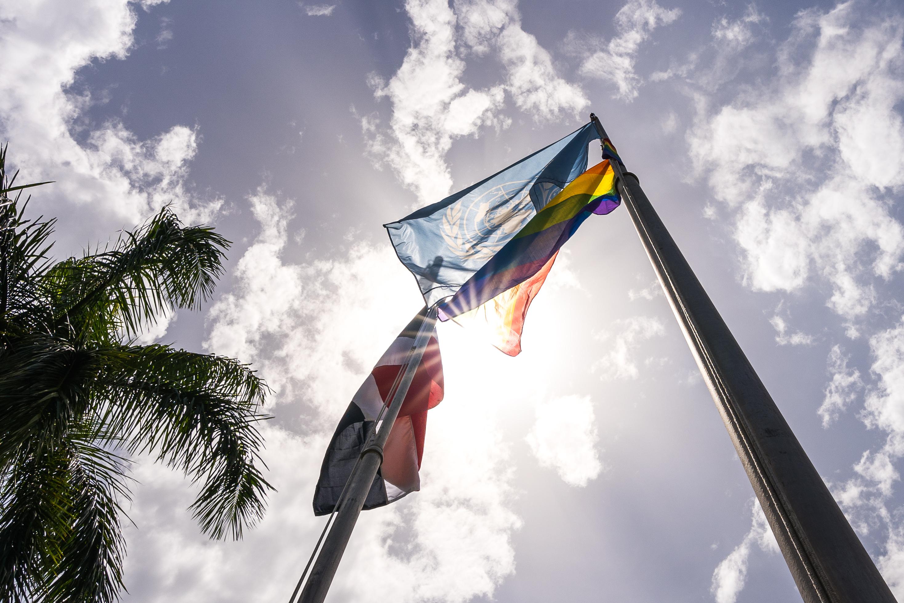 Banderas en Casa ONU Mes del Orgullo